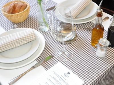 Tischläufer Vichy Karo Landhaus braun-weiß - wahlweise mit beigen Stoffservietten